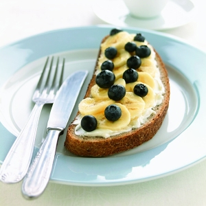 boterham_met_plattekaas_bosbessen_en_banaan_hres boterham beleg brood gezond dieet